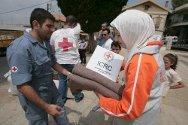 Líbano. Voluntarios de la Cruz Roja Libanesa distribuyen productos de higiene personal y mantas entre personas desplazadas.