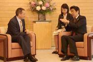 ICRC president Peter Maurer and Japanese prime minister Shinzo Abe discussed humanitarian issues and cooperation.