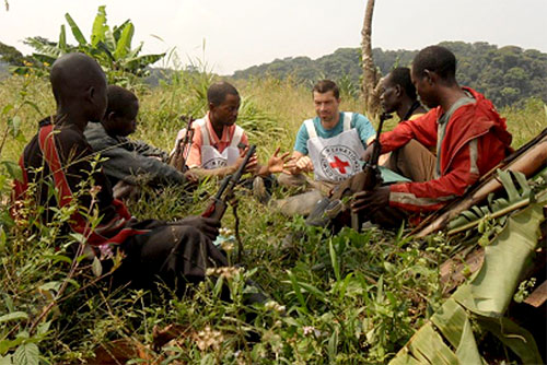 """Região dos Kivus, RD do Congo. Delegados do CICV e combatentes armados reunidos para falar sobre os princípios básicos do Direito Internacional Humanitário.<br><span class=""""grey"""">© CICV / L. Courtois</span>"""