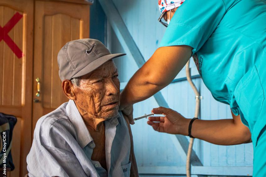 Perú: Vacunación informada en comunidades indígenas