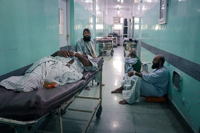 阿富汗:冲突受害者涌入米尔韦斯医院 工作人员竭力应对