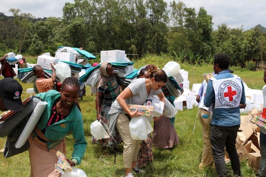 埃塞俄比亚:红十字开始向暴力所致流离失所人群发放应急援助物资