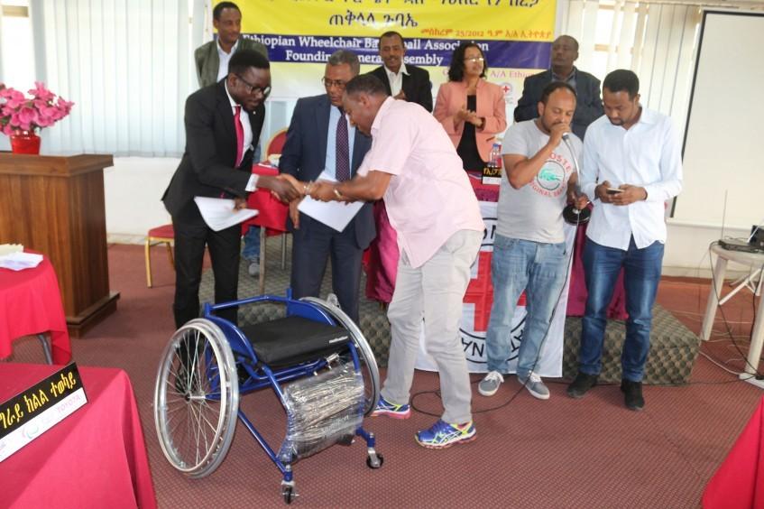 红十字国际委员会向新成立的埃塞俄比亚轮椅篮球协会捐赠170把轮椅