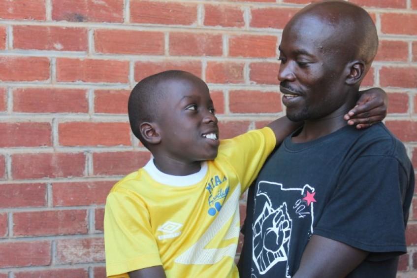 津巴布韦:父子在离散5年后重聚