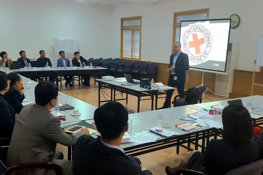 Leitende Mitarbeiter des Roten Kreuzes der DVRK diskutieren in einem Workshop Kriegsgesetze