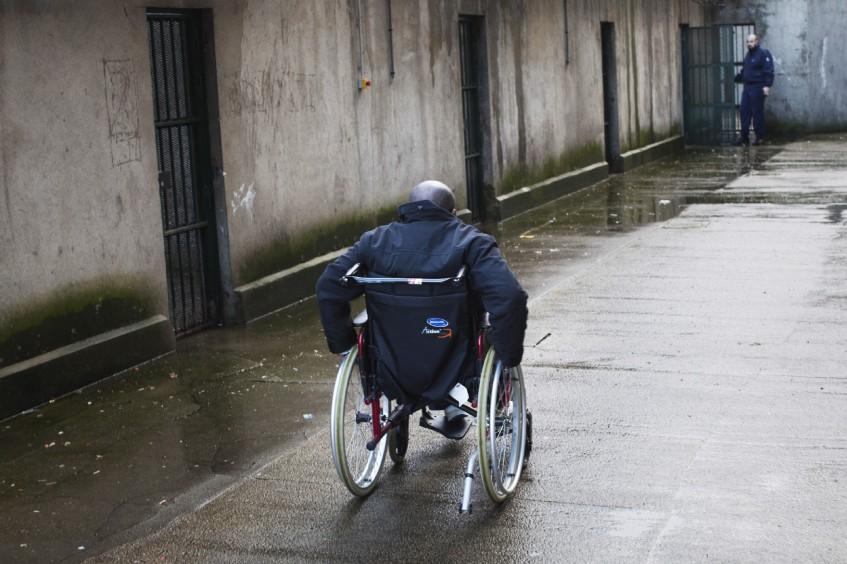 Comment adapter les prisons aux détenus âgés