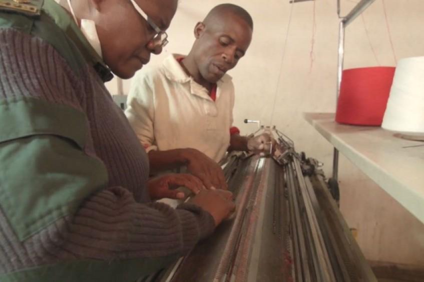 Zimbábue: presidiários combatem o frio costurando seus próprios agasalhos