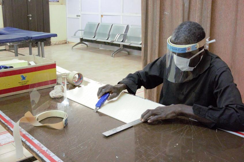 苏丹:为医疗英雄制作防护面罩