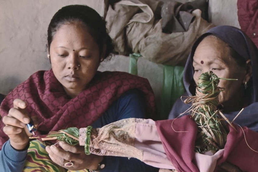 Nepal: Ten years after armed conflict, mother performs a doll's funeral for missing child