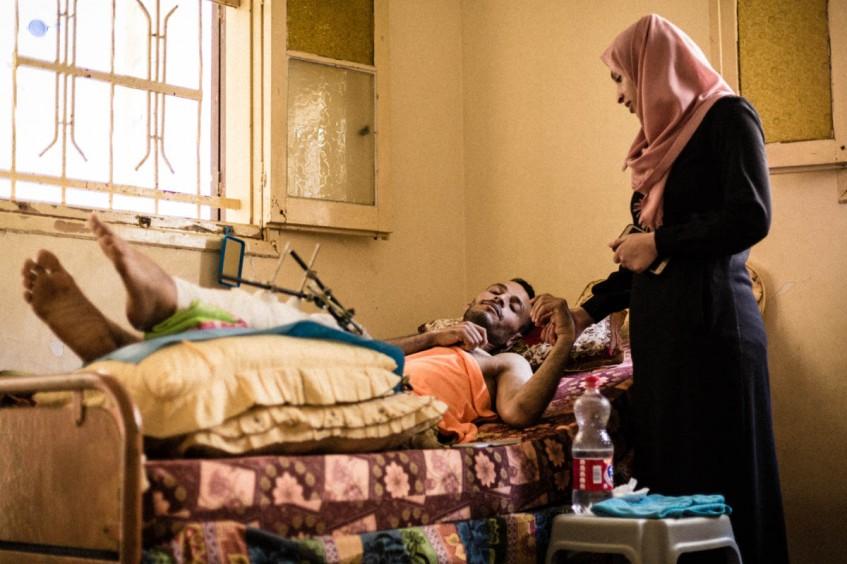 El hospital en casa: el esfuerzo de las familias de Gaza para cuidar a los heridos