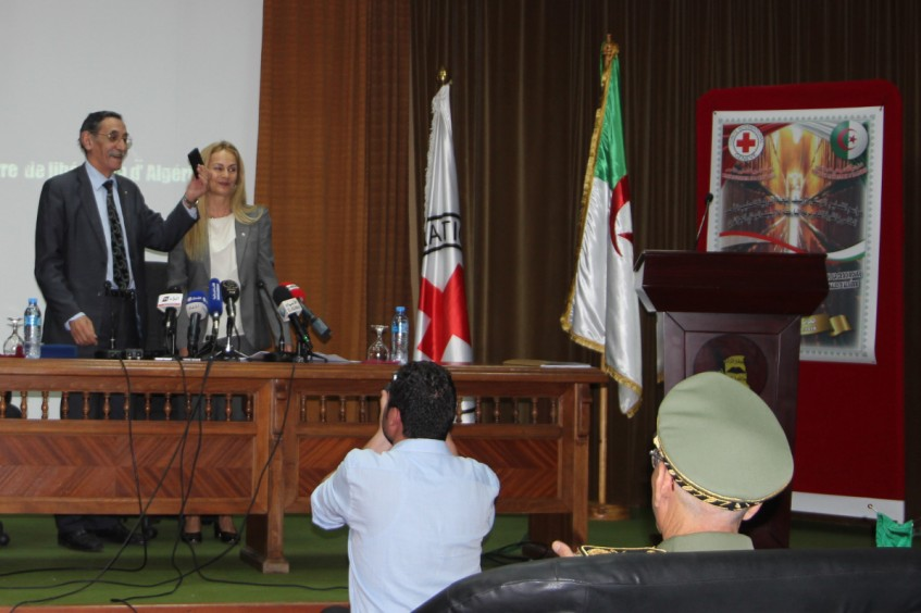 Algérie : remise de documents d'archives liés à la guerre de libération