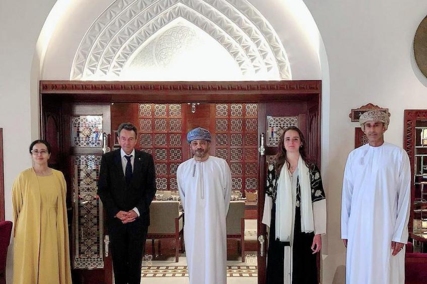 عُمان: زيارة بيتر ماورير، رئيس اللجنة الدولية للصليب الأحمر لتعزيز التعاون الإنساني