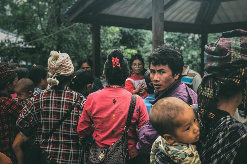 ميانمار: أمّهات تنوء ظهورهنّ بأحمالهنّ الغضّة في رحلة عبر الأدغال