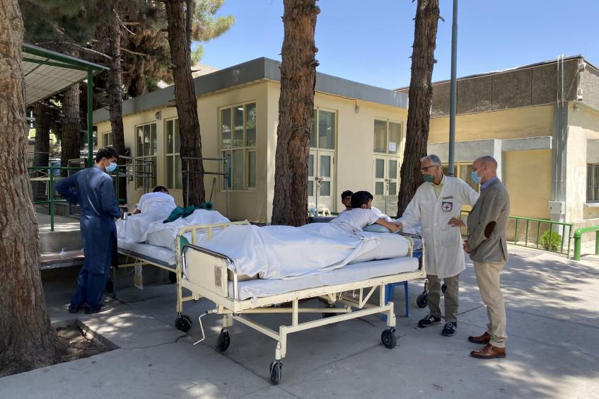 Афганистан: с 1 августа медицинские учреждения, работающие при поддержке Красного Креста, приняли более 4000 раненых