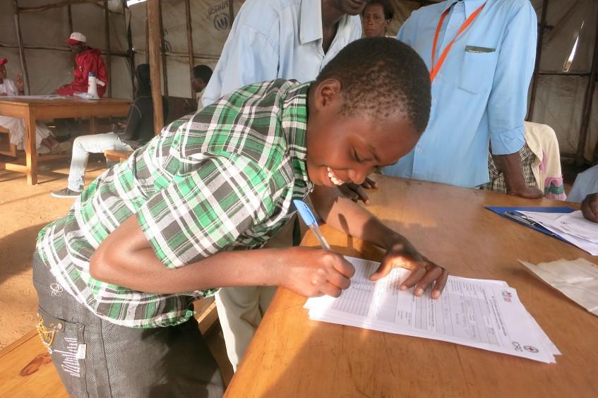三名年轻布隆迪难民在卢旺达与家人重聚