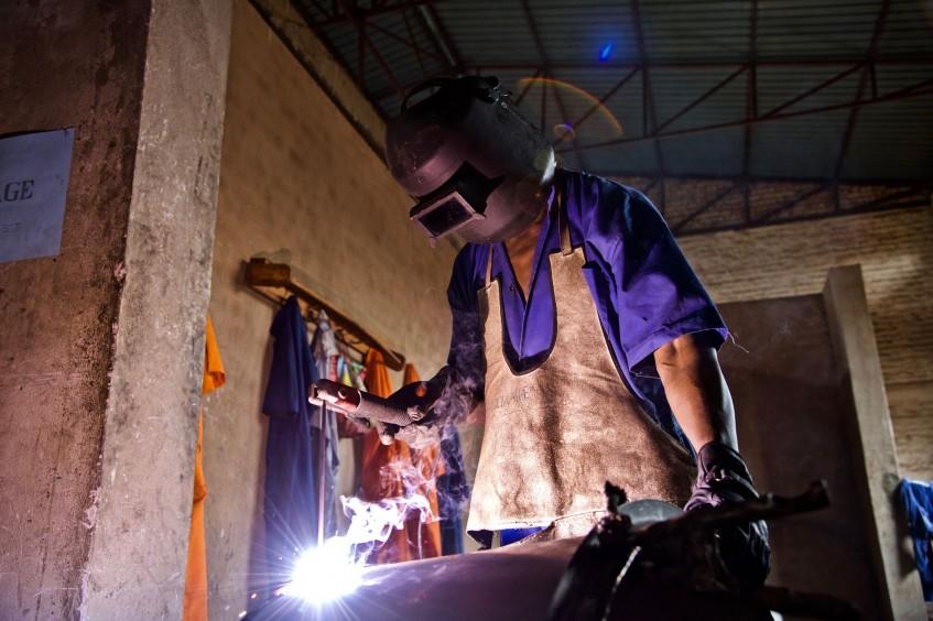 Руанда: заключенные внедряют использование экологически чистого топлива