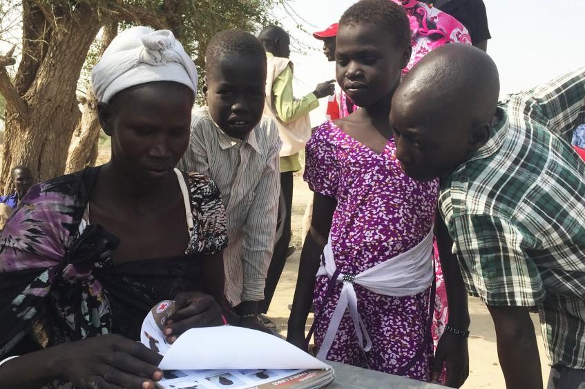 """Südsudan: """"Schnappschussbuch"""" hilft Kindern, geliebte Menschen zu finden."""