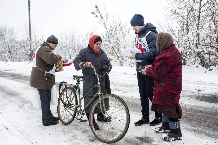 Ukraine: In 2017, ICRC helped thousands of people affected by Donbas conflict