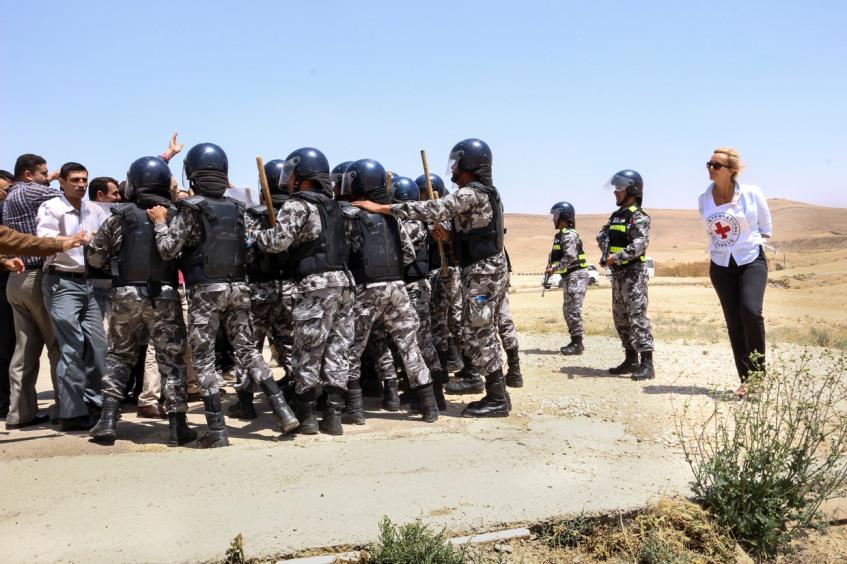 استخدام الأسلحة والمعدات في عمليات إنفاذ القانون