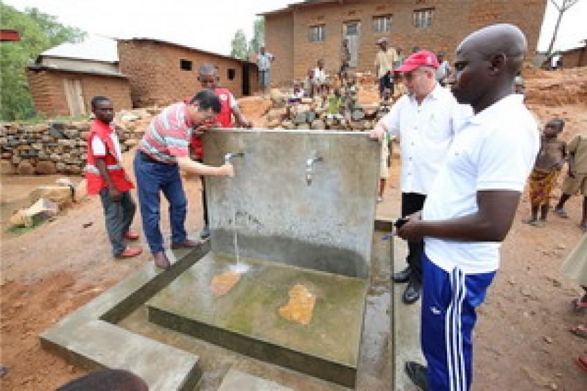 驻布隆迪大使李昌林参观红十字国际委员会在布隆迪民生项目