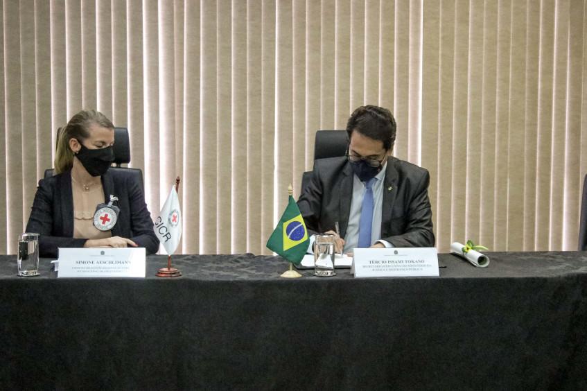 Brasil: CICV firma acordo com Ministério da Justiça para inclusão de normas de Direitos Humanos