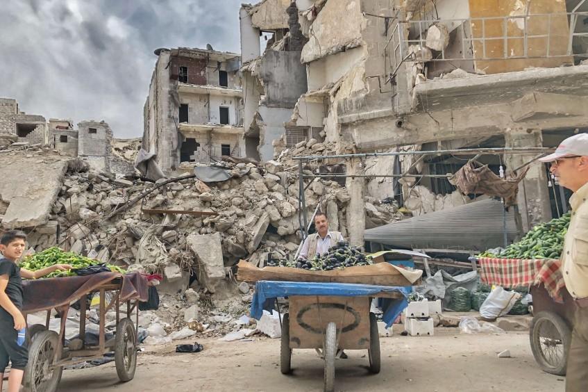 في حلب: احتفال بشهر رمضان وسط الدمار