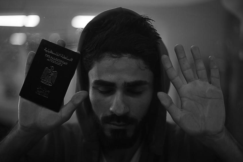 مصوّر غزّي يلتقط صور العُزلة البائسة