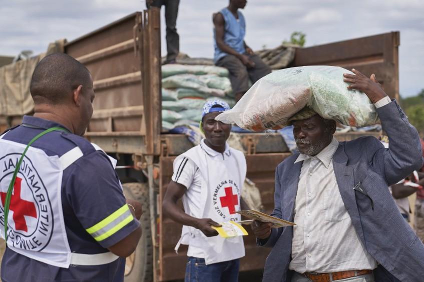为四万多名莫桑比克民众派发种子,帮助他们重建生活