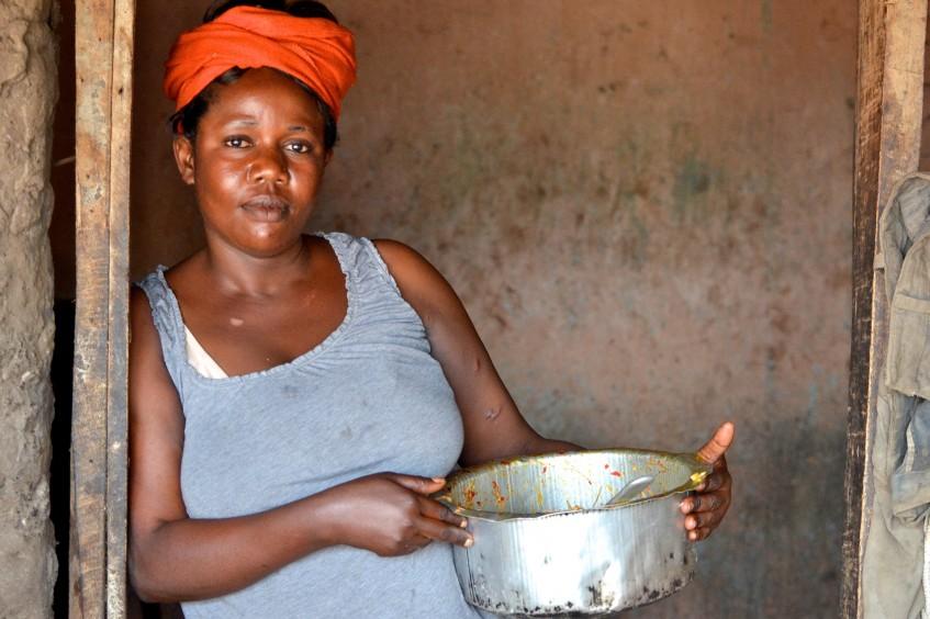 Burundi: Thérèse, verwitwete Mutter, eröffnet ihr «Schirm-Restaurant»