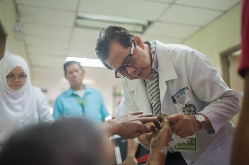 菲律宾:不知疲倦的医生马不停蹄、一视同仁地救治患者