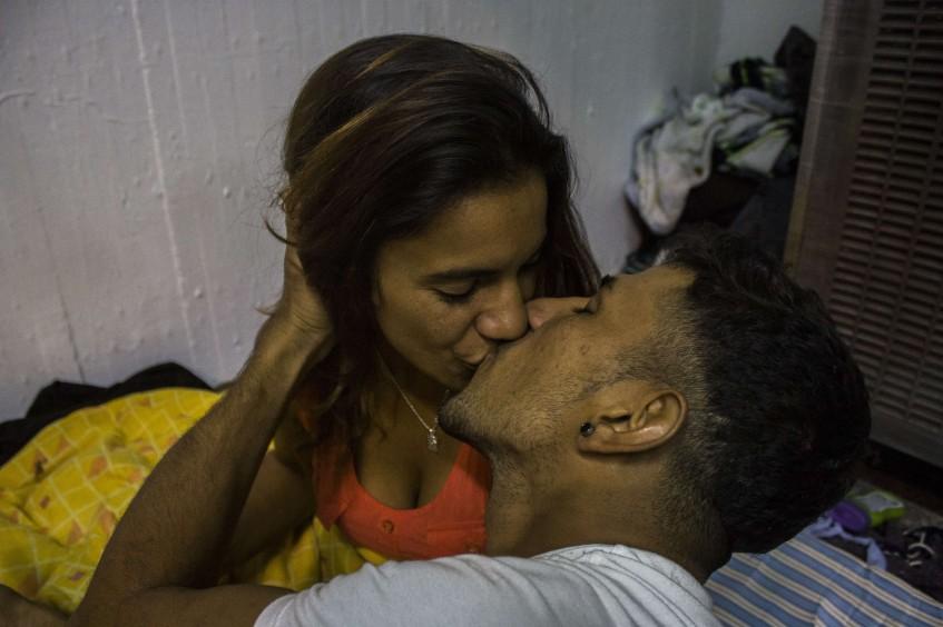 移民相互亲吻的照片荣获佳能和红十字国际委员会纪实摄影比赛冠军