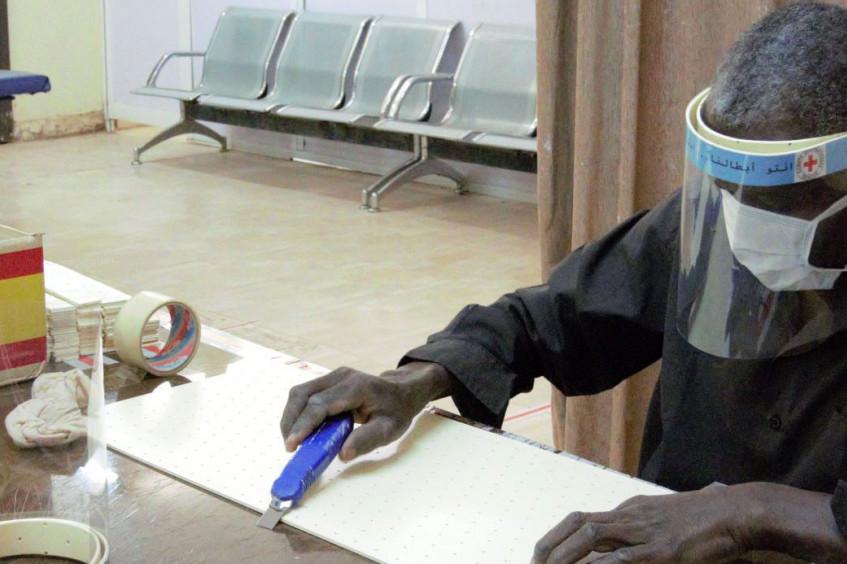 السودان: تصنيع أغطية واقية للوجه لأبطال الرعاية الصحية