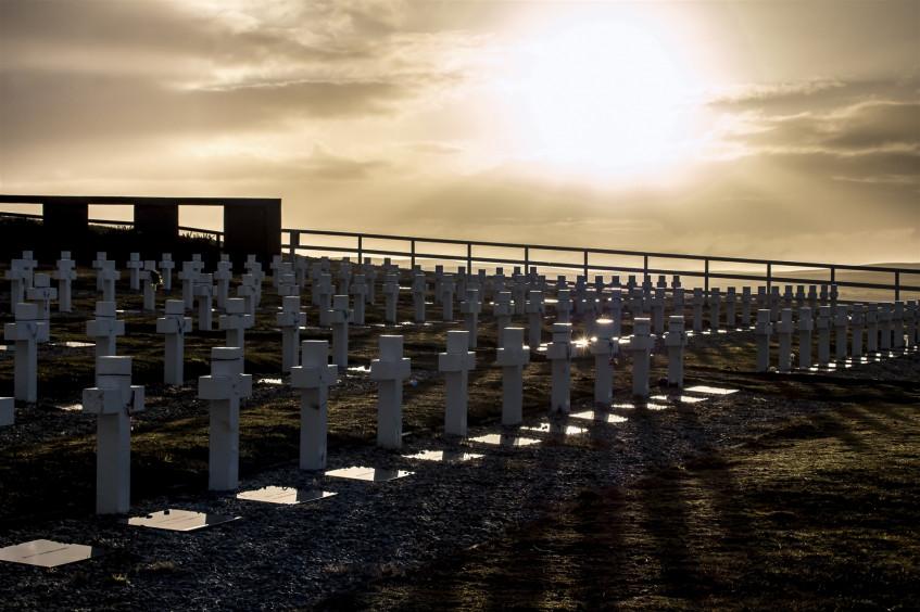 Equipe forense do CICV identifica restos mortais de seis soldados argentinos enterrados nas Ilhas Malvinas (Falklands)