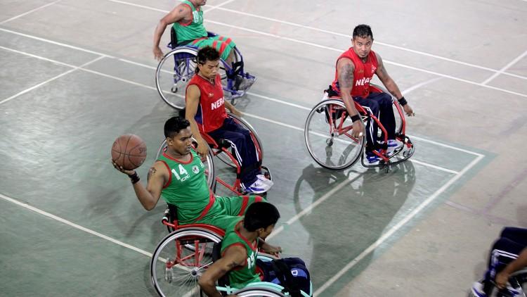 Rencontre entre des joueurs bangladais et népalais lors d'un tournoi international de basket-ball en fauteuil roulant