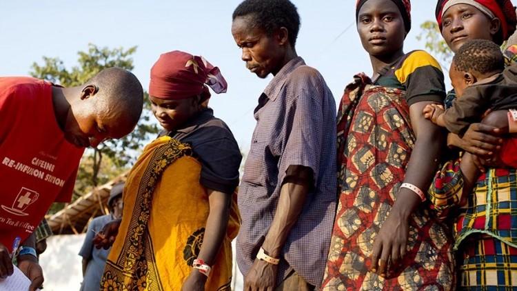 Tanzânia: em meio a um mar de refugiados, uma família é reunida