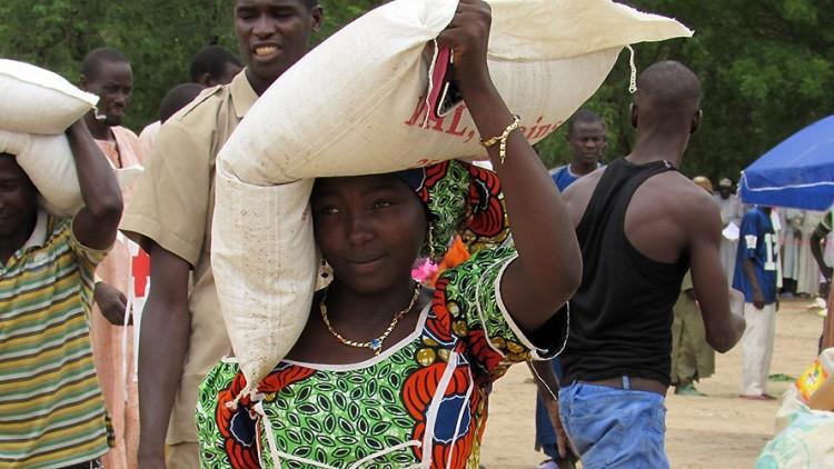 Camarões: alimentos para deslocados e famílias que os acolhem