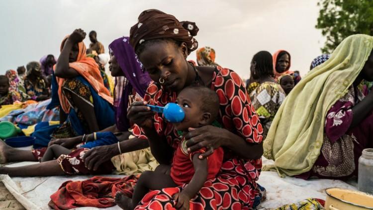 Crítica escassez de alimentos para as pessoas que fogem do conflito no nordeste da Nigéria