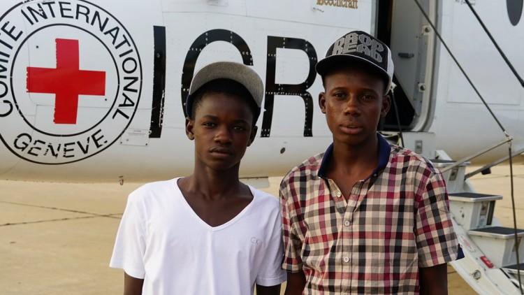 Deux jeunes refugiés rentrent à la maison