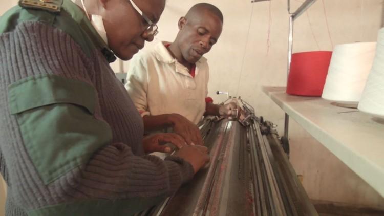 Zimbabue: los reclusos combaten el frío tejiendo sus propios suéteres