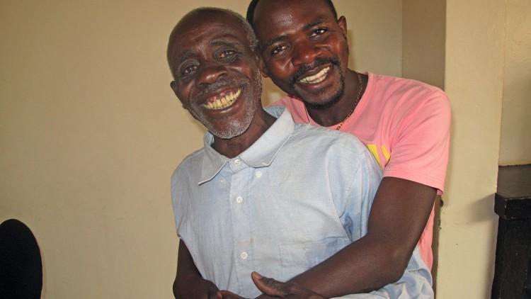 Les retrouvailles d'un fils avec son père après 22 ans de séparation