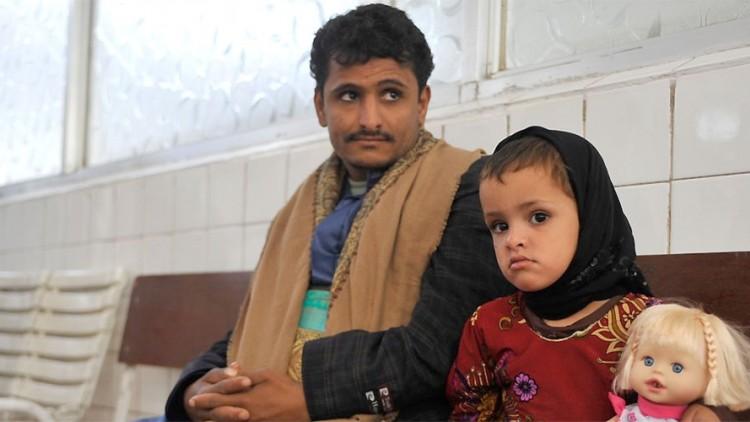 Yemen: Hayat, de 3 años de edad, sale del centro de rehabilitación caminando por sus propios medios