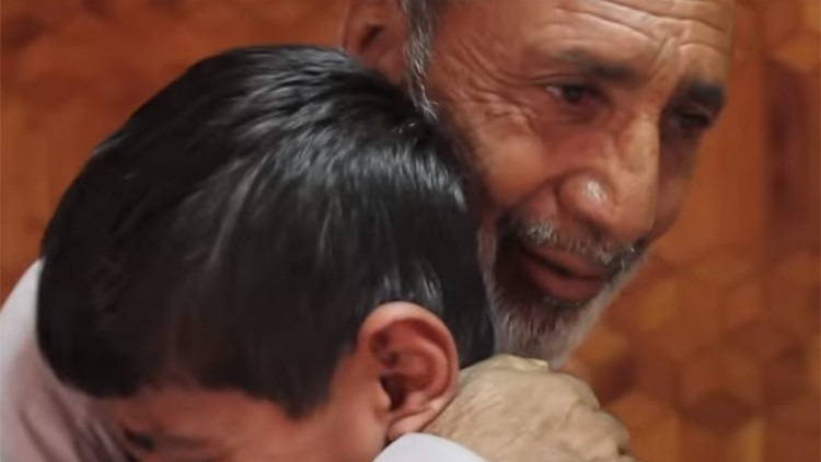 Afeganistão: a angústia dos pais se transforma em alegria ao rever os filhos