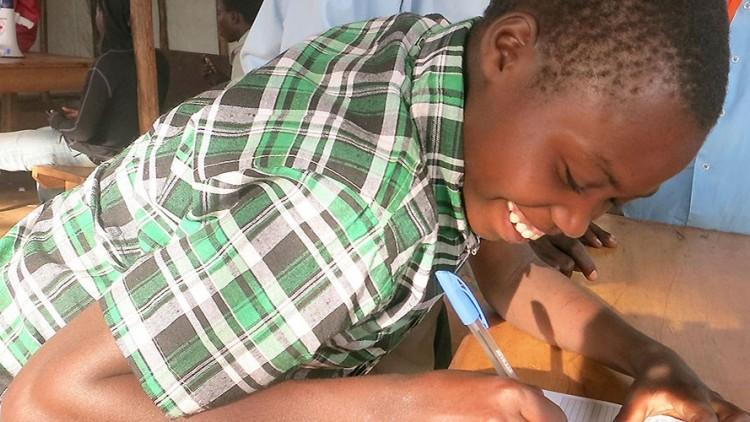 Tres jóvenes refugiados burundeses se reúnen con sus familiares en Ruanda