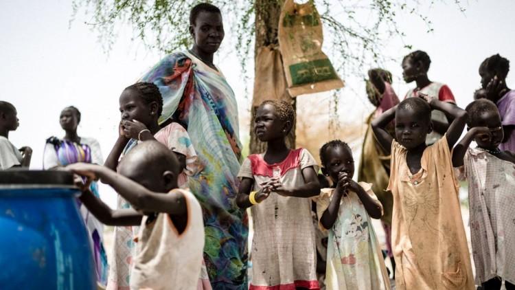 Refugiados y desplazados en Sudán del Sur viven en albergues improvisados o a la intemperie, en lugares de difícil acceso hasta para la ayuda humanitaria.