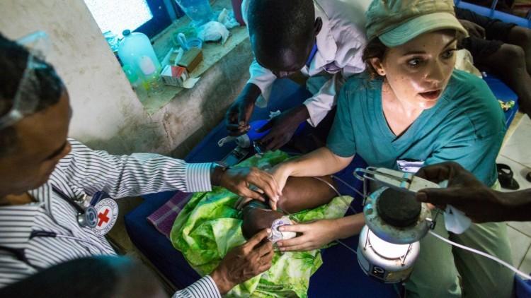 澳大利亚护士帮助一名南苏丹婴儿艰难求生