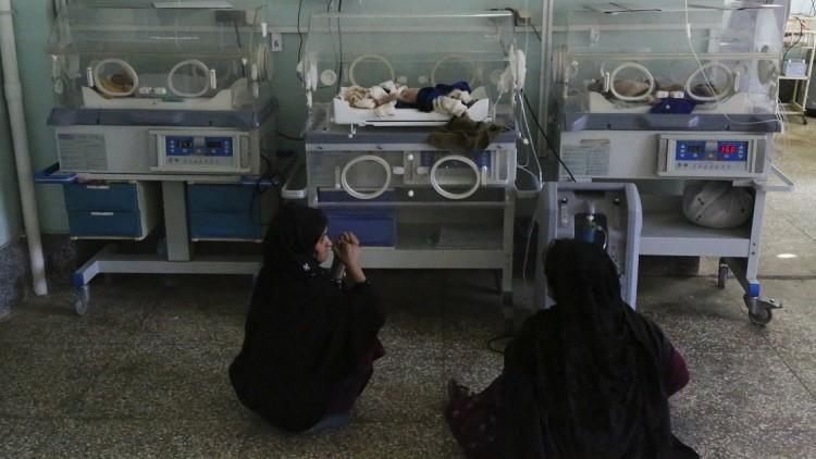 """أفغانستان: بعيداً عن الأنظار تضلع النساء بعملهن في غرفة الغسيل في مستشفى """"ميرويس"""""""