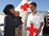 一名从沙特阿拉伯回来的埃塞俄比亚返乡者使用临时提供的红十字免费电话与家人联系。