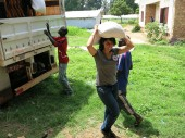 Displaced people living in Bimbo work with ICRC staff to distribute food./CICR/Crépin Konzabi