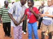 Bangassou. L'enfant réunifié, Noella, 16 ans, avec son père et un employé de la sous délégation du CICR à Bambari. CC BY-NC-ND