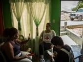 Marisol, esposa de um desaparecido, recebe o CICV em sua casa. ©CICV/Juan Arredondo